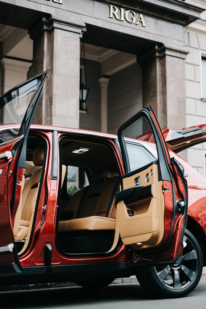 Rolls Royce Cullinan otevřené dveře