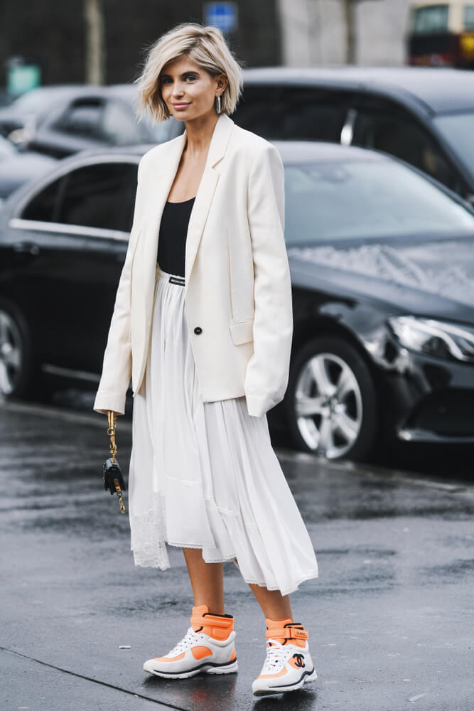 Bílé tenisky a šaty