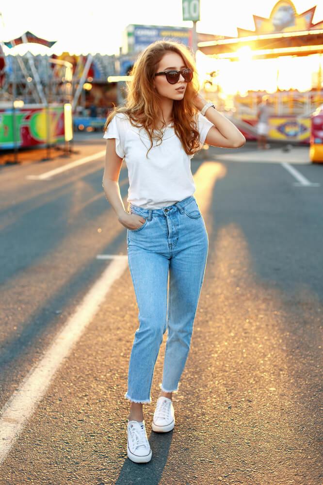 Bílé tenisky a džíny