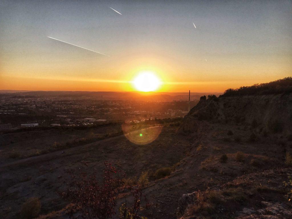 Zapadající slunce nad lomem Hády