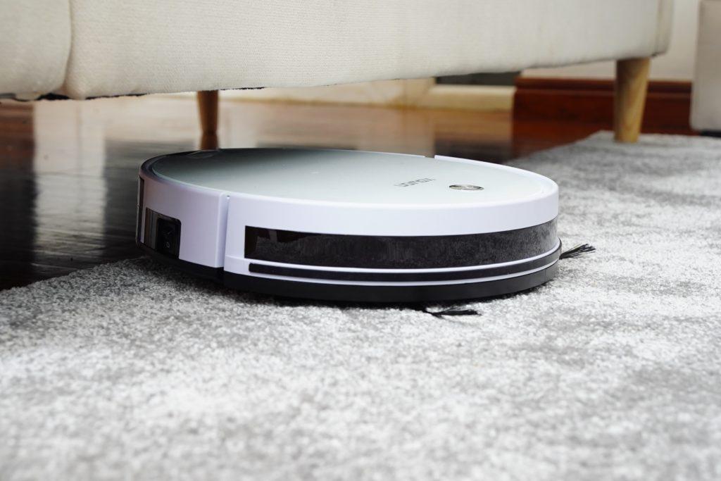 Robotický vysavač pod pohovkou