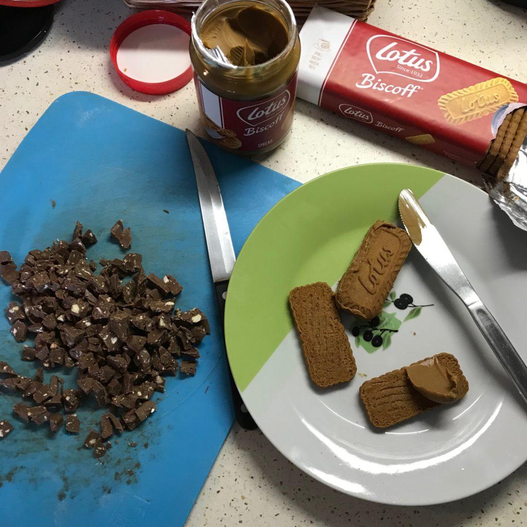 Příprava čokoládových tyčinek Lotus Biscoff Toblerone
