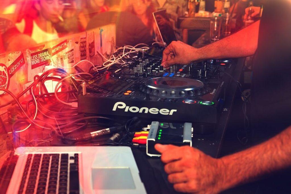 DJ na festivalu není neobvyklý