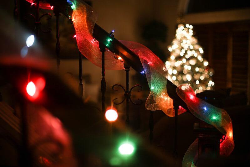 Vánoční světýlka na schodišti