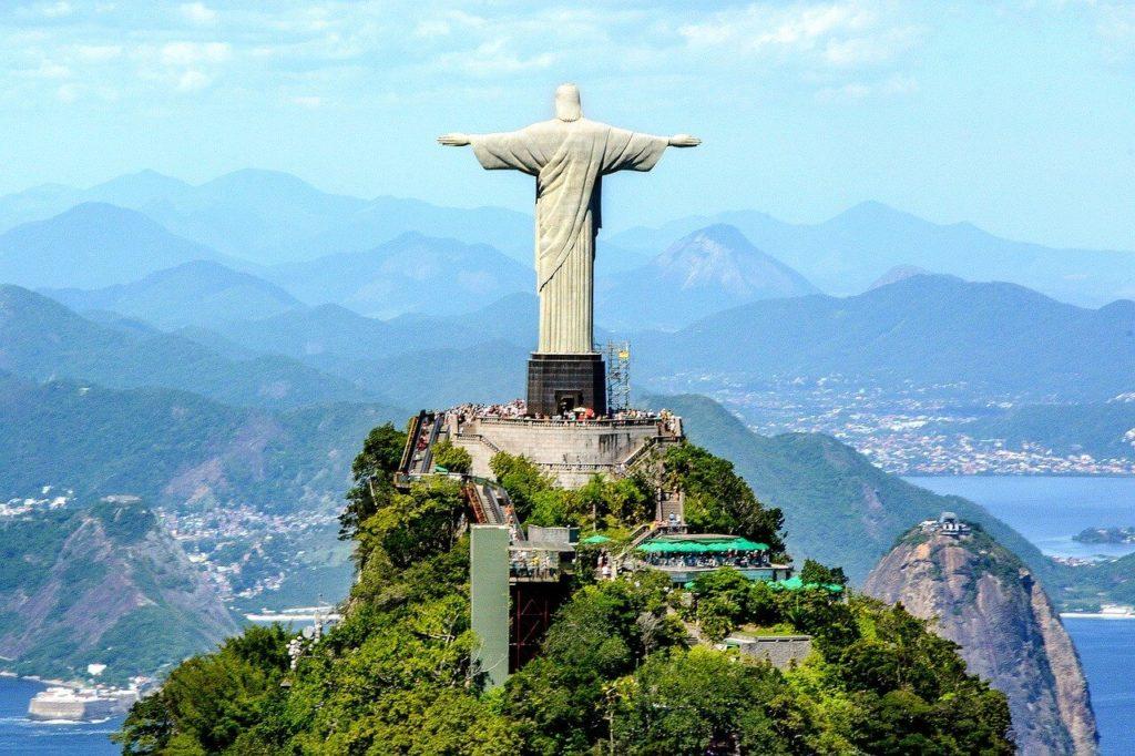 Rozpřažená náruč Krista Spasitele prozrazuje, že chrání město
