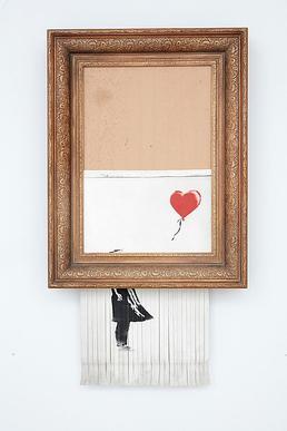 Během dražby v aukční síni Sotheby's London se obraz začal samovolně ničit.