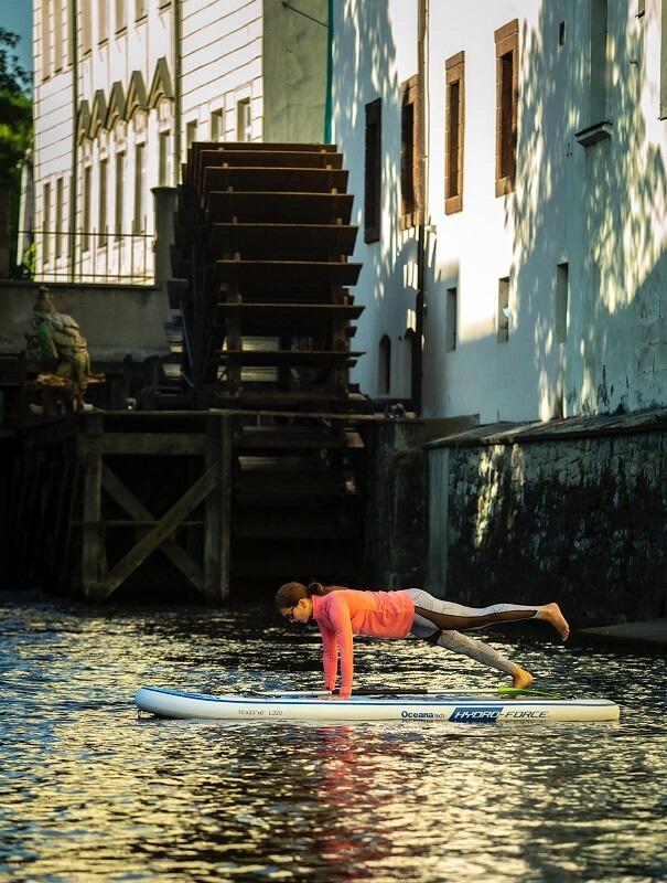 Cvičením na paddleboardu zpevníte střed těla