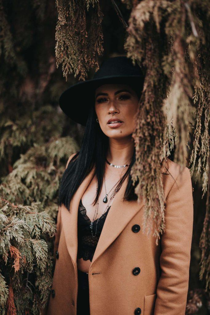 Pokud dlouhý kabát doplníte ještě podzimním kloboukem a kotníkovými boty, máte vyhráno